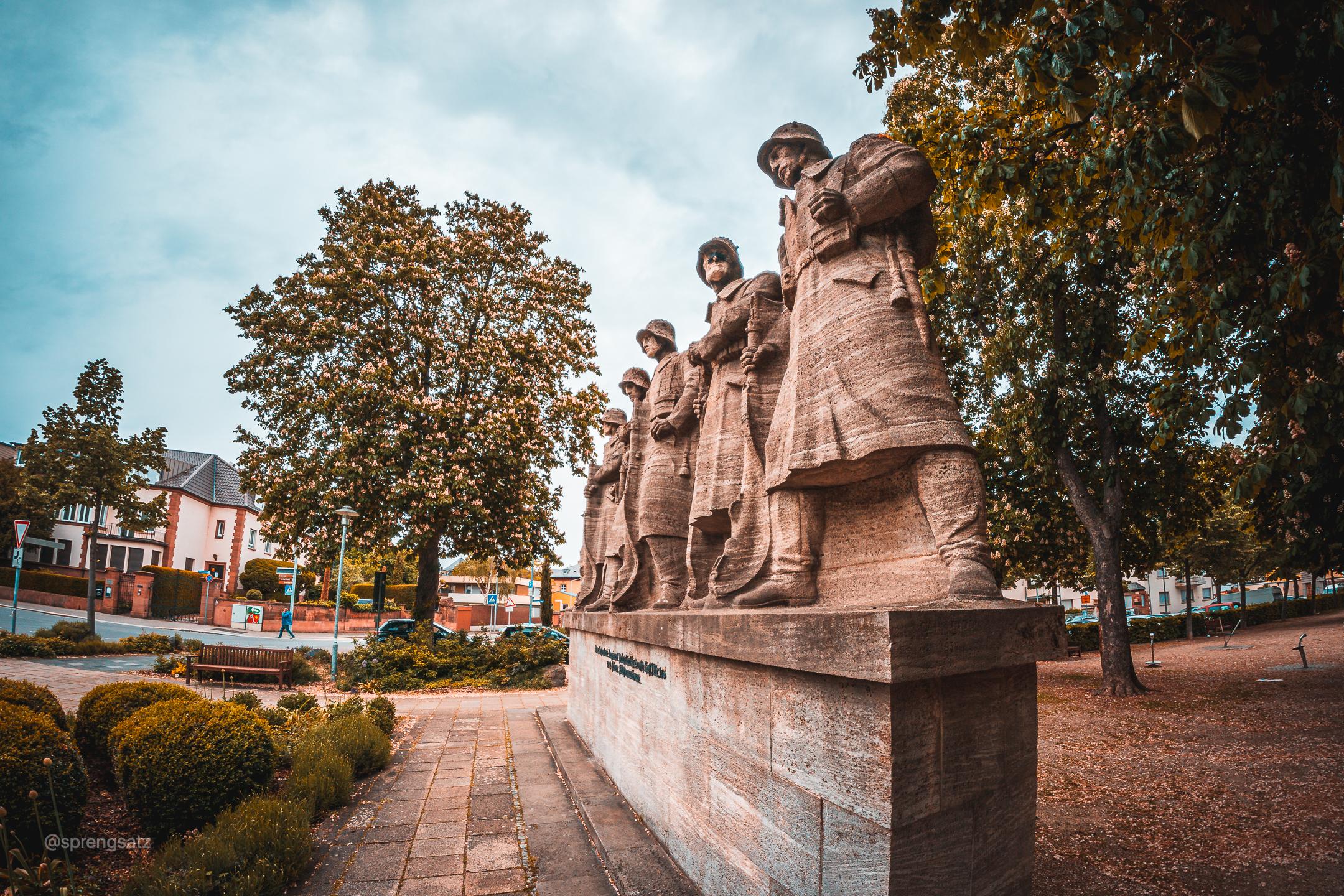 """Wormser Denkmal zu Ehren des 118. Infanterieregiments von Prinz Carl. Inschrift: """"Dem Infanterie Regiment Prinz Carl (4. Großherzoglich Hessisches) Nr. 118 und seinen Feldformationen."""""""