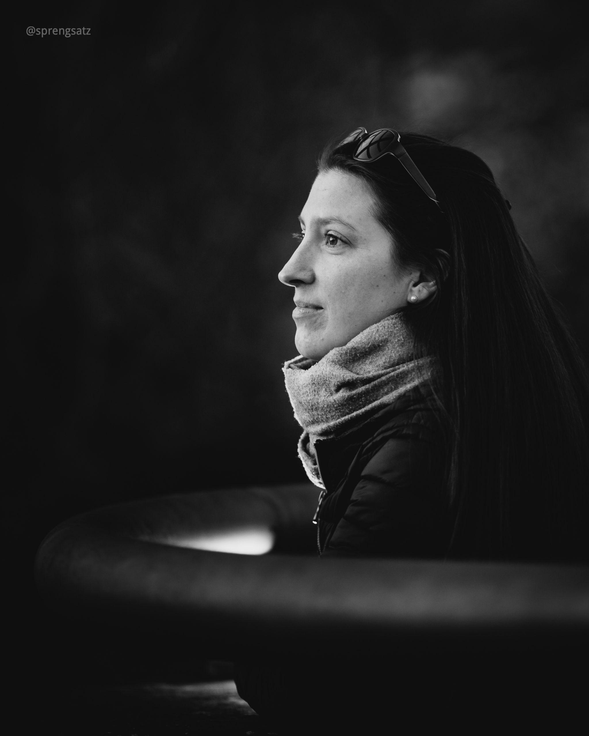 Portrait einer Frau die in die Ferne blickt