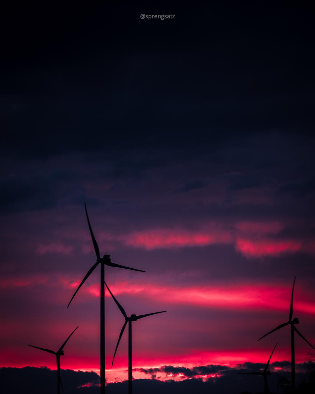 Windräder im roten Sonnenuntergang